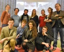 Leerlingen, docenten en filmmaker Steven Janssens poseren voor groepsfoto