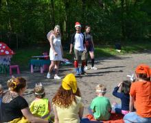3 leerlingen, verkleed als elf en kabouter, spelen een toneeltje voor kleuters
