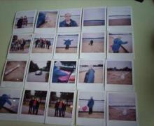 reeks polaroid foto's van oude vrouw op strand