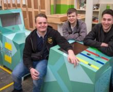 3 leerlingen met de houten kasten van hun game