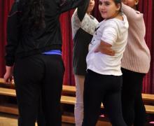 5 leerlingen houden samen hun handen omhoog