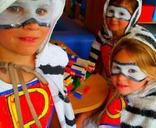 Gegrimeerde kinderen zijn verkleed als superhelden