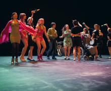Verklede leerlingen dansen op het podium