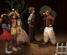 Kinderen verkleed als personages uit Peter en de Wolf
