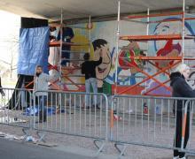 Leerlingen werken aan de muurschildering