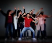 Jongeren zwaaien met hun armen in de lucht