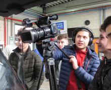 Jongen filmt met professionele filmcamera