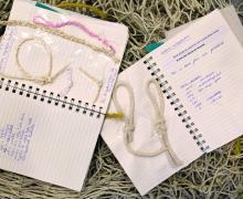2 notitieboekjes hebben op de ene pagina vissersknopen en op de andere pagina een vissersuitspraken en een eigen sms-taal.