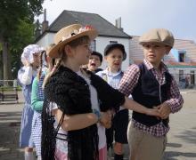 Kinderen verkleed in ouderwetse kledij