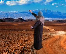 Bewerkte foto van een vrouw met hoofddoek op een achtergrond van een woestijn