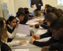 Leerlingen schrijven op blad papier