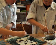 Leerlingen schilderen zelfportret