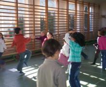 Kinderen spelen rond in sporthal